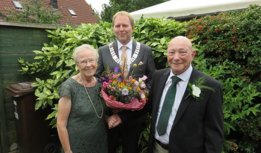 Kees en Annie, samen met loco-burgemeester Willem Joustra. FOTO: John Beringen