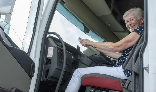 Wilma achter het stuur van hun vrachtwagen