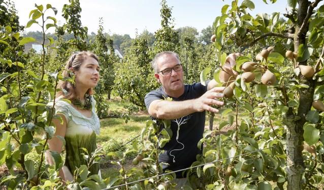 Carlos Faes en Anne-Marie Spierings in de Philips Fruittuin. FOTO: Willem Hollemans