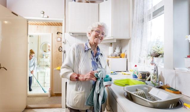 """Janina Pyrek: """"Met humor probeer ik huishoudelijke taken leuk te maken. Het is fijn om samen lekker bezig te zijn, maar niets moet."""""""