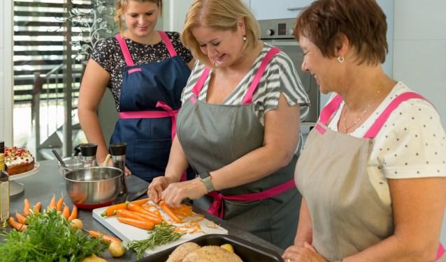Renée Korswagen uit Capelle (midden) heeft een kookschort ontwikkeld voorvrouwen met een maatje meer. (Foto: Machtelt Mostert)