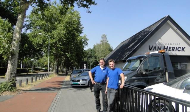 Herald van Herick (links) en medewerker  Henk-Jan bij het autobedrijf, bij het bewuste weggedeelte.