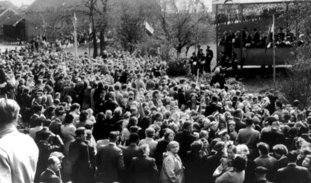 Daar werd de burgemeester toegezongen door de schooljeugd. Daarna trad het muziekkorps EMM op. (Foto: Beeldbank HVC)