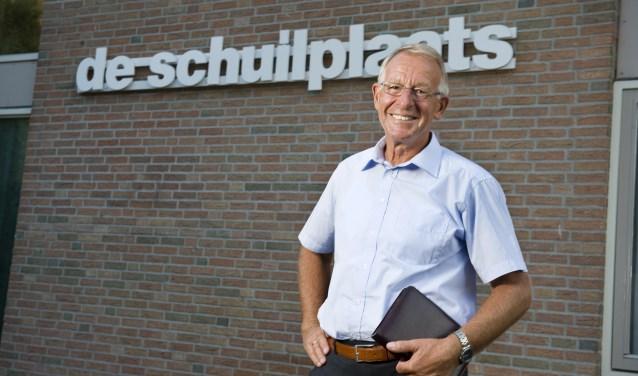 Dominee Theo Niemeijer gaat op zondag 26 augustus met pensioen. Dan heeft hij meer tijd voor seminars en lezingen. 'Ik ga straks wat meer schrijven, bijvoorbeeld voor Het Zoeklicht', zegt hij. Foto: Robert Hoetink
