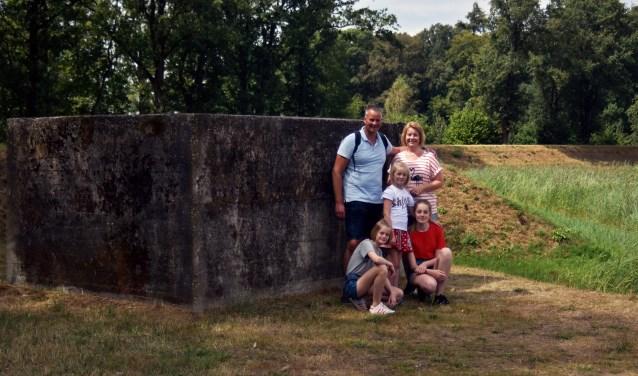 Bij de 'Post van Lambalgen' zijn verschillende kazematten te bewonderen. De familie Bolhuis kwam er een kijkje nemen. (Foto: Hetty Heijne)