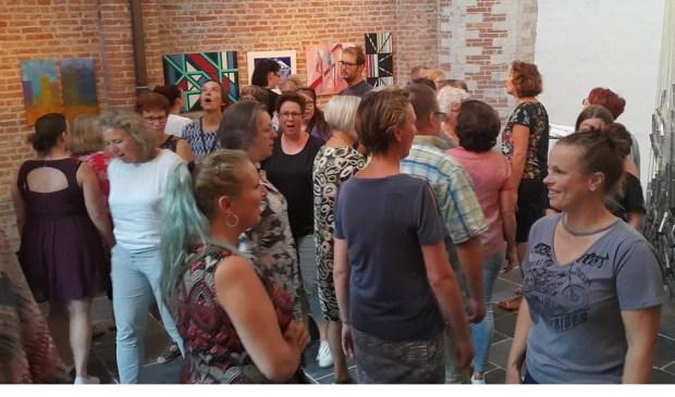Onder leiding van muziekvakleerkracht en zangeres Helga Buitelaar worden canons, circle songs enwereldmuziek gezongen.