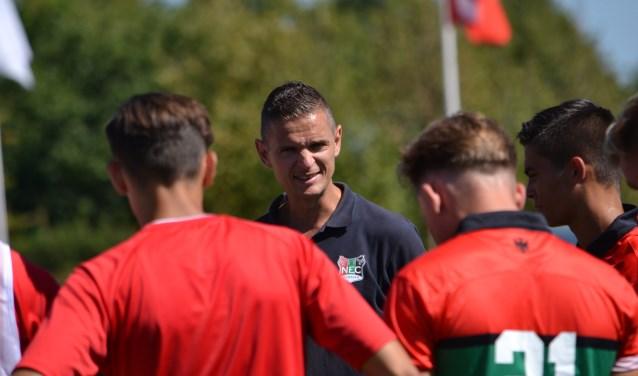 Trainer Rogier Meijer van Nijmegen O19 kijkt met een tevreden gevoel terug.