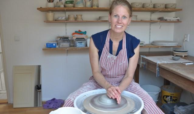 Annemarije aan het werk in haar atelier: 'Het creëren door te draaien heeft iets magisch'. FOTO: Julie Houben