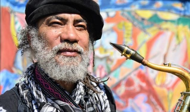 Sunshine is een bekende verschijning in de Dordtse binnenstad. Naast muziek maakt hij ook kunst met vaak Dordt in de hoofdrol.