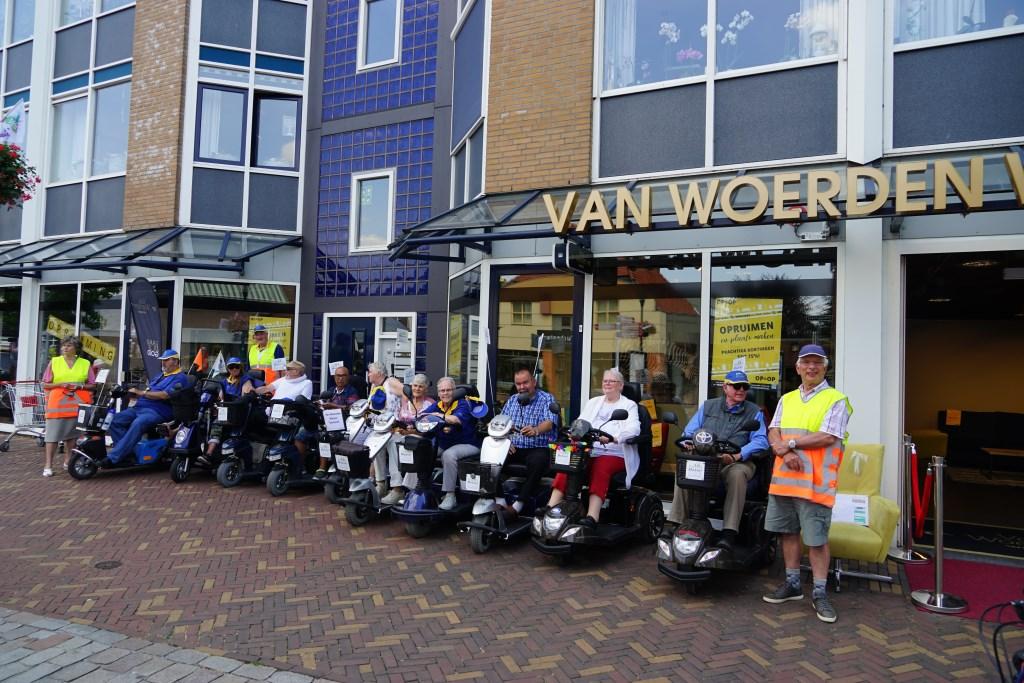 Groepsfoto bij sponsor Van Woerden Wonen Foto: P.v.d.Rovaart © Persgroep
