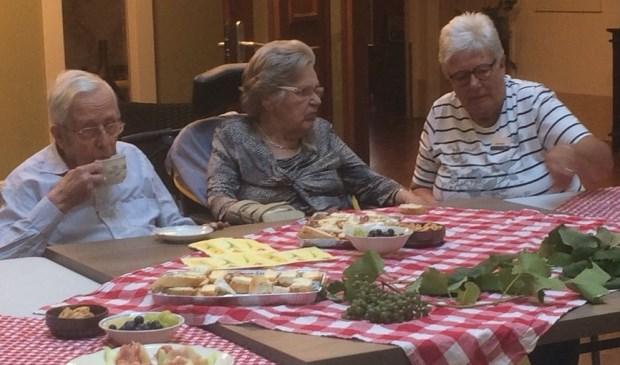 Bewoners van verpleeghuis Judith Leysterhof genieten van de vakantie in eigen huis. Foto: Rivas