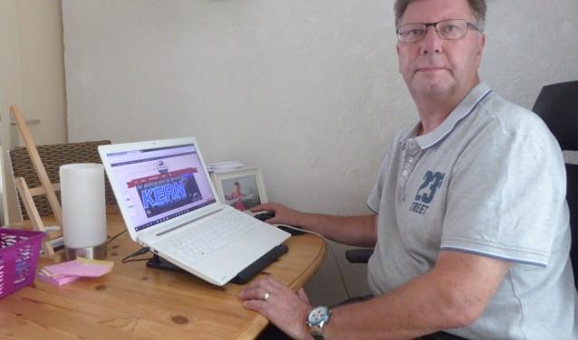 Geert Braam vanaf zijn werkplek waar hij regelmatig druk in de weer is met zijn website over de steenfabriek Malburgen. (foto: Marnix ten Brinke