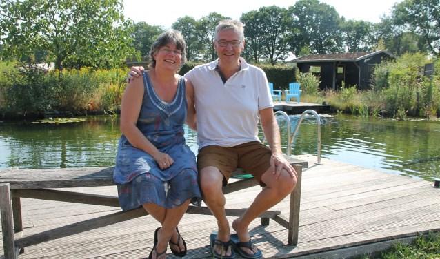 Marion en Gerard Collin bij de zwemvijver met op de achtergrond de sauna.  foto Lineke Voltman