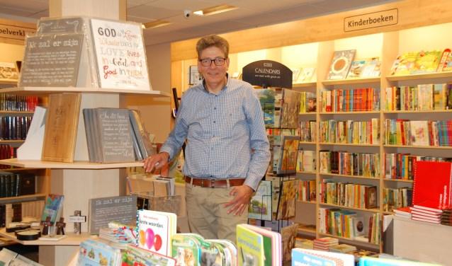 Frits Hardeman is eigenaar van Boekhandel. F. Hardeman aan het Maandereind.