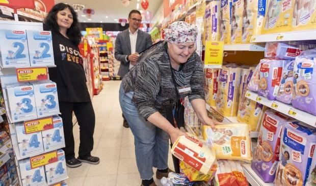 Yael Brons van de Voedselbank Gorinchem winkelt één minuut gratis tijdens feestelijke opening van Kruidvat Gorinchem. Foto: Ronald van den Heerik/Hollandse Hoogte