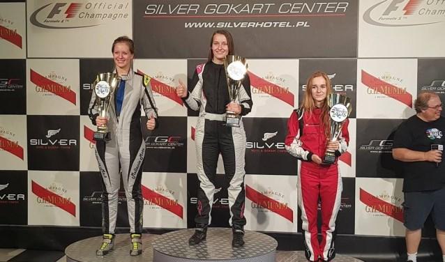 Selina (midden) pakte haar vierde wereldtitel bij het karten (Foto fam. Balneger)