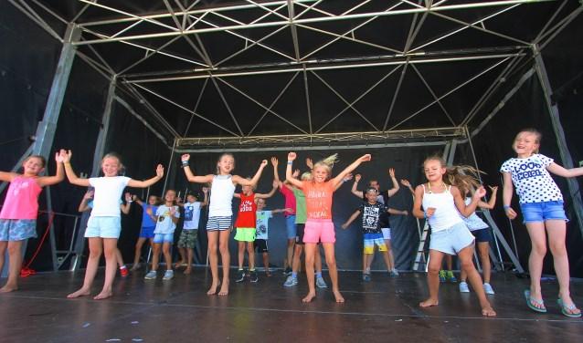 Tijdens Kinderdorp Haalderen studeren de kinderen een dansact in. De vrolijkheid spat ervan af. (foto: Kirsten den Boef)