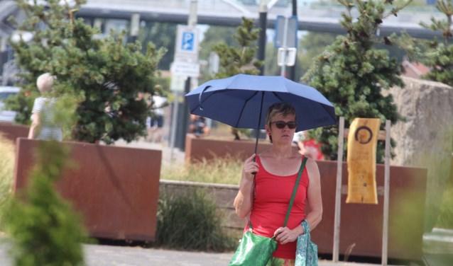 Een paraplu als bescherming tegen de zon is een goede optie. (foto Eric van Haalen)