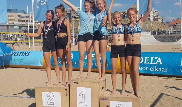 Noa, uiterst rechts super blij met de bronzen medaille