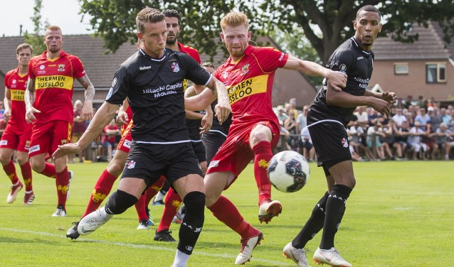Drukte voor het doel van Go Ahead Eagles, dat tegen FC Emmen terugkwam van een 0-2 achterstand: 2-2. (Foto: Erik Pasman)