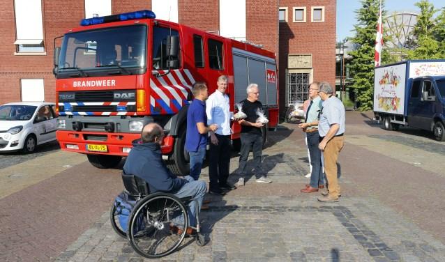 De brandweerwagen met het team vrijwilligers zaterdagmorgen kort voor het vertrek naar Roemenië. Foto: Bert Jansen