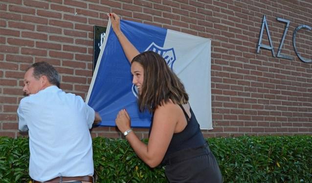 Ronnie Brinkerhof en Laura Kranendijk onthullen de herdenkingstegel.  © Persgroep