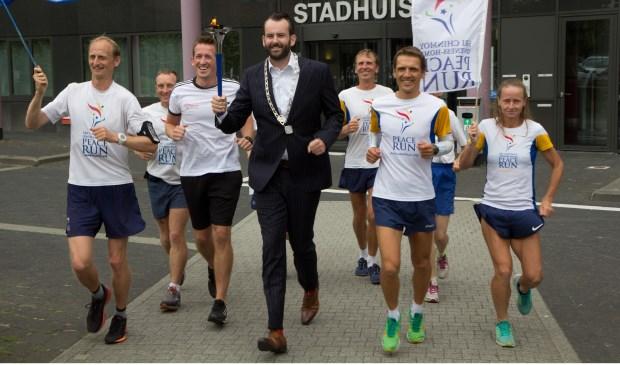 De lopers werden ontvangen door Joost van der Geest, wethouder van sport, die een stukje meeliep. Eigen foto