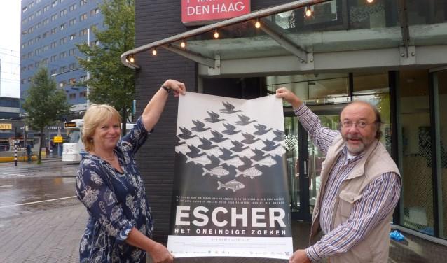 Robin en Marijnke bij het Filmhuis, waar hun documentaire over Escher de komende weken te zien is.