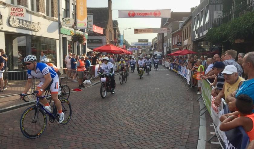 Oud-wielerprof Jean-Pierre Verstraten uit Roosendaal vooraan in de tweede derny race. Foto: Bert Pessink.