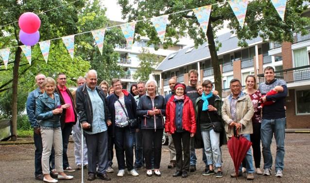 Bewoners van het complex aan de Francois Mauriacweg vieren het 40 jarig bestaan met een feestavond. De oudste bewoners samen met rechts de jongste bewoner Kai Christiaan van 6 weken. Door: Els van Stratum