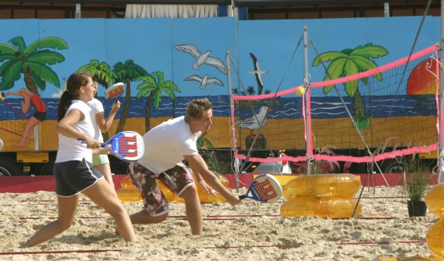 Tuurlijk zijn beachvolley, -tennis en voetvolley weer van de partij, maar er wordt ook getouwtrekt in het zand.