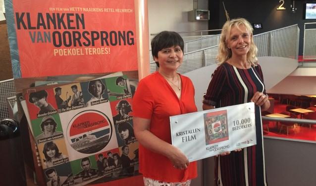 Rechts Silvia van der Heiden directeur Nederlands Film Festival en links regisseur Hetty Naaijkens - Retel Helmrich. foto Karlijn Naaijkens