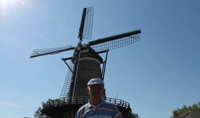 Zonnig plaatje van Adrie de Vos bij de Kortgeense molen waar hij als gids vele toeristen naar toe leidde. FOTO: LEON JANSSENS