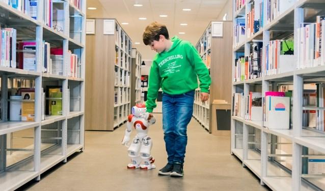 In de bieb kun je leren hoe je een robot programmeert.