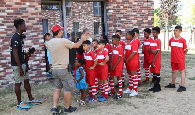 De kinderen krijgen instructies voorafgaand aan de opnames. (foto: Marco van den Broek)