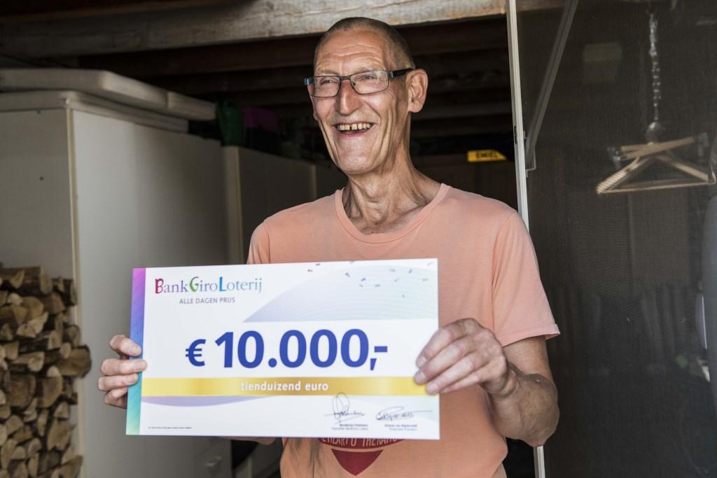 Jan Willem uit Eck en Wiel neemt cheque in ontvangst. Foto: Jurgen Jacob Lodder