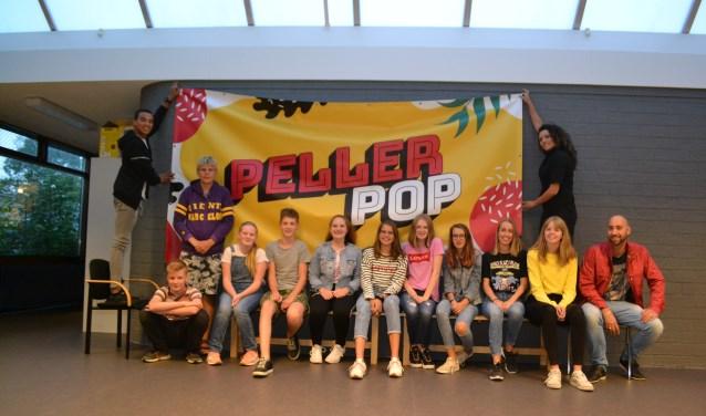 De organisatoren van PellerPop voor één van de opvallende spandoeken. (foto: Arco van der Lee)