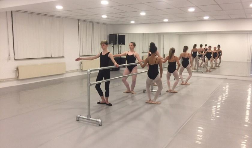 Klassieke les in nieuwe balletstudio