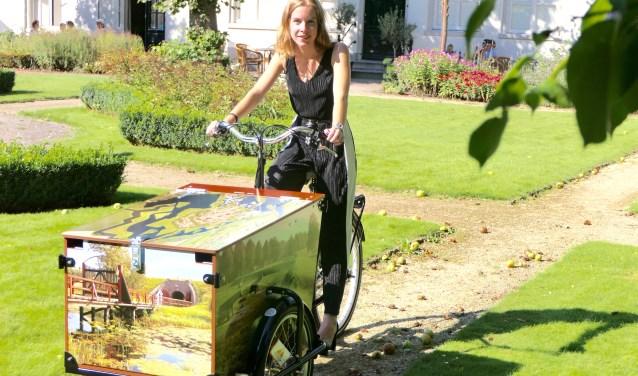 Anke Vandemullen op 'haar' bakfiets. De bakfiets is de creatieve uitwerking van haar stageopdrachtbij Erfgoed Brabant.