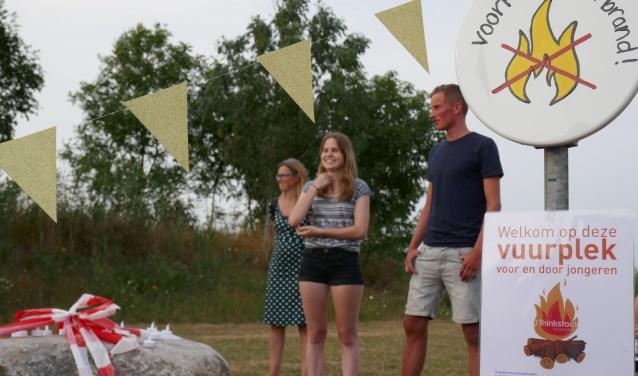 De vuurplaats en de initiatiefnemers Torben en Suzanne.