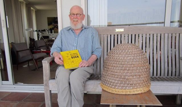 """Op zijn balkon vertelt Peter Bohlmeijer over het vak van een imker. """"Het is heerlijk en heel interessant om mee bezig te zijn"""", vertelt hij."""