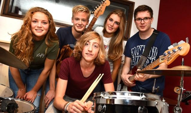 Vlnr: Rosanne van Groningen, David van Dijk, Bas Jansen, Iva Bakker en Wessel van der Fuhr oefenen in de Tjampstudio in Doetinchem. (foto: Roel Kleinpenning)