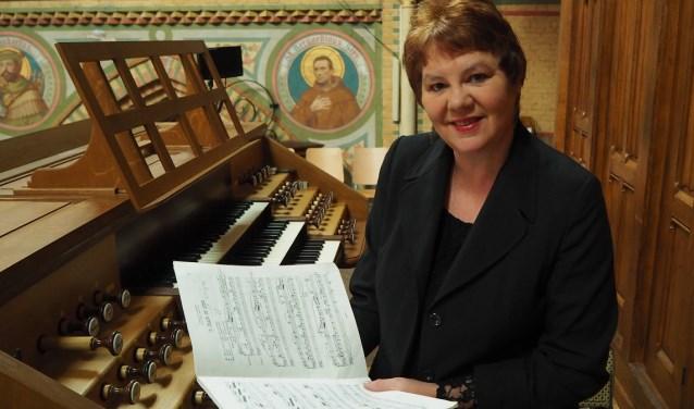 Petra Veenswijk bij 'haar' orgel.
