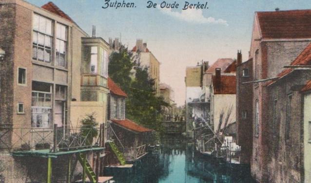 Met 'stoepjes' links de achterzijde van het Rijkenhage. (Foto: Stedelijke Musea Zutphen)