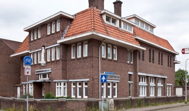 Oorspronkelijk kloostergebouw aan een ooit provinciale weg naar Hilvarenbeek, (nog) zonder monumentstatus.