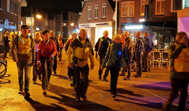 Het is een bijzondere ervaring, dat wandelen in het donker. Voor alle deelnemers geldt wel: reflecterende kleding verplicht. Foto: Nico Asbroek
