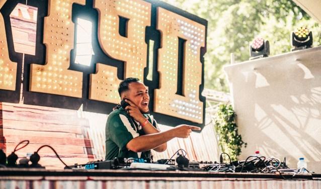 DJ Bonxo in actie op het grote festival We Are Electric in Liempde waar 30.000 mensen op af kwamen.