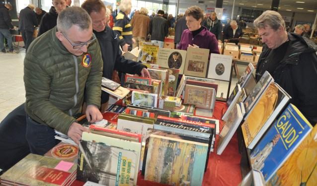 De boekenbeurs van de harmonie kan dit jaar toch doorgaan. De beurs trekt veel bezoekers uit een grote regio.
