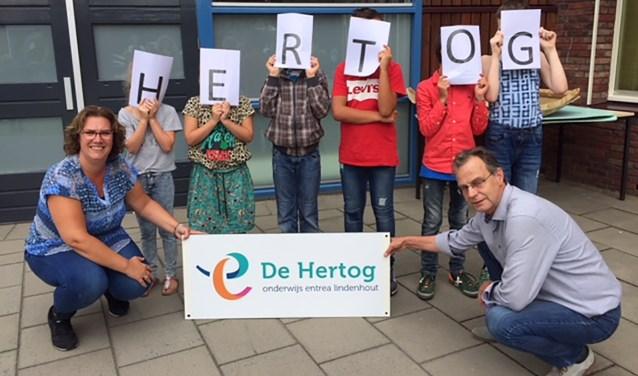 Teamleiders Laura en Jan presenteren op de eerste schooldag trots de nieuwe schoolnaam: De Hertog. (Foto: Entrea Lindenhout)