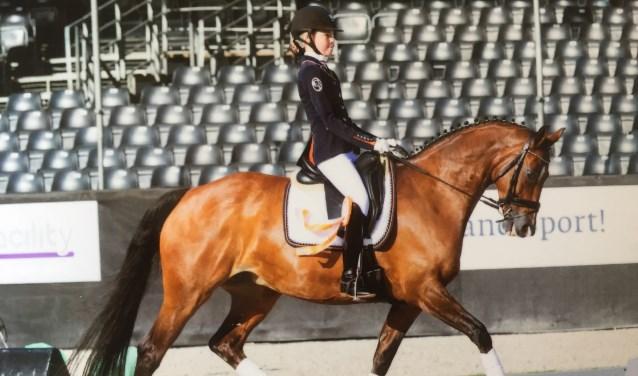 Milou Ekkel met haar paard Uvonia bij het NK in Ermelo.